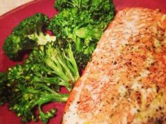 Grilovaný losos s brokolicou, paprikou a zemiakmi