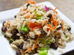 Ryžový šalát s tofu a olivami